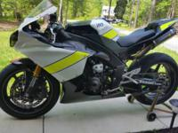 2011 Yamaha R1in track / race skins Clean tile in hand