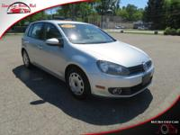 This front wheel drive 2013 Volkswagen Golf Hatchback