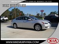 This 2014 Nissan Altima 2.5 S boasts features like a