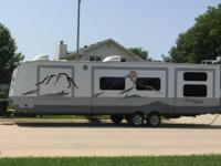 This is a nice 31 foot Travel Trailer that has lots to