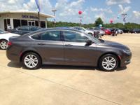 Come see this 2015 Chrysler 200 4dr Sdn Limited FWD.