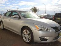 This 2015 Nissan Altima 4dr 3.5 SL Sedan 4D features a