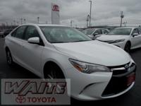 2015 Toyota Camry SE Super White 35/25 Highway/City