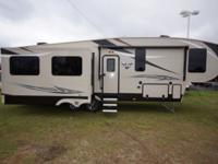 Gorgeous 5th wheel...great floor plan for a couple!!!
