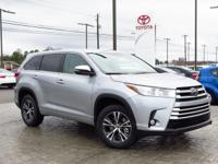 *Bluetooth* This 2017 Toyota Highlander LE Plus is