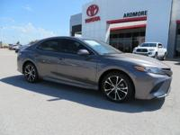 Black Cloth. 2018 Toyota Camry SE 4D Sedan Gray 39/28