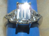 Emerald cut diamond of about 2.5 carat embeddeded in