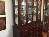 Beautiful DIning room table with 8 chairs, 2 leaves,