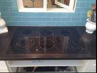 "36"" 5-burner electrical ceran cooktop. Easy to clean."