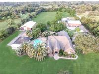 Gracious Country Estate. Equestrian amenities. One mile