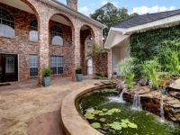 Wonderful Bellaire home ready for move in. Gated front