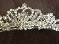 Woman's bridal/formal hair piece/comb/tiara. It is in