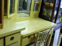 We have a 5pc vintage bedroom set, it has a bed (