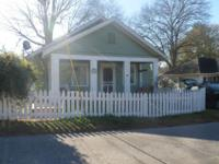 Charming vintage cottage in the heart of Commerce!