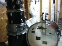 This is a 5 piece black pearl export drum set it comes