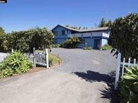 Lofted in the coveted Kula Orchards, this charming ?
