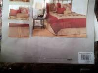 Used and cleaned 7 piece Jacquard Bed Enemble set. Pet