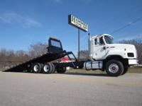 "2007 International 5600i 28' x 102"" JerrDan Rollback"