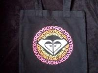 HERE WE HAVE A VERY PRETTY ROXY TOTE BAG. USED TWICE.