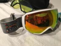 The Women's WM1 Goggles utilize Anon's Magna-Tech quick