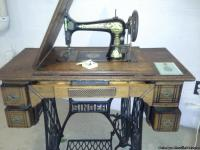 Antique Singer Sewing Machine w/foot peddle 1890's
