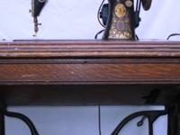 VINTAGE ANTIQUE SINGER SEWING MACHINE. -- This is a