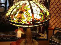 This beautiful Tiffany style table lamp is in excellent