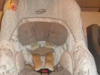 I'm selling a baby boy Evenflo car seat with base, in