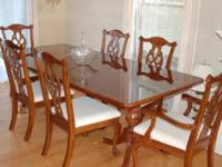 Beautiful Bassett Dining Room Set w/ 6 Chairs & Lighted