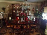 ABSOLUTELY BEAUITIFUL DINING ROOM SET TABLE w/pads (6)