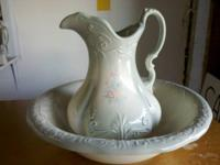 Beautiful vintage collectivble wash basin and pitcher