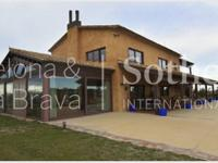 In the heart of Empord, surrounded by nearly 7 hectares