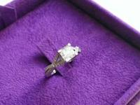 Ladies 18kt white gold engagement ring featuring one