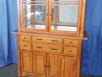 THIS ANTIQUE OAK FINISH LIGHTED CHINACABINET; Excellent