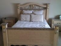 Beautiful queen bedroom set. Originally paid $1800.
