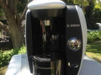 Single-serve coffee brewer brews at the touch of a