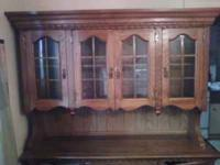 Broyhill dinning room set. China cabinet, 6' table with