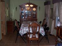 stunning Broyhill dining room set. Table with 3 leafs