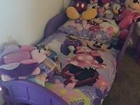 incluye la cama, el colchon hipoalergenico y el set de