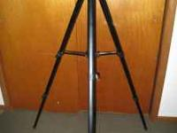 Heavy duty Vivitar V3000 camera tripod with