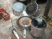 This set includes 1 bass drum, 2 mounted toms, 1 floor