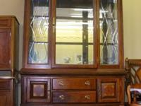 This china cabinet/Buffet is in very good condition.