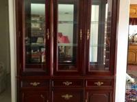A BEAUTIFUL CHINA CABINET W /GLASS SHELVES AND 3 GLASS
