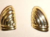 "These vintage Goldtone Earrings are approx. 3/4"" long"