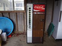 Vendo Coke Machine from the 70s. Bottles from 12 to 16