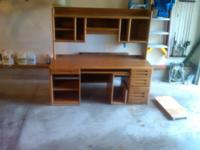 Beautiful computer desk with hutch in very good