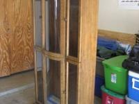 WOODEN CURIO CABINET FOR SALE, UNIT IS IN GOOD