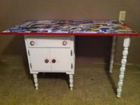 cute lil desk... comes in two seperate pieces $25 OBO