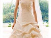 David's Bridal. DESIGN: T9102. Condition: GREAT!
