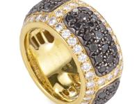 This fabulous band ring from de Grisogono shimmers with